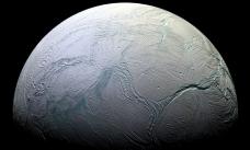 На Энцеладе может быть океан горячей воды с живыми существами
